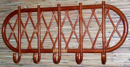Из ротанга можно делать даже вешалки или рамы для зеркал