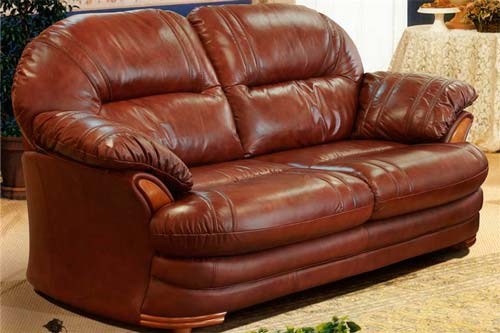 Для гостиной лучше выбрать мебель с более плотным покрытием