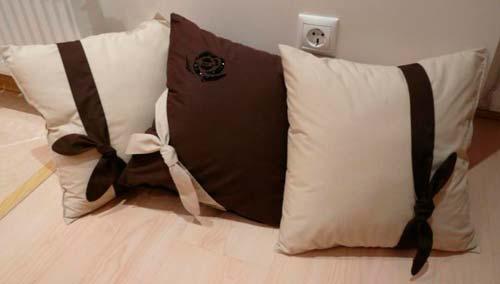 С помощью диванных подушек можно украсить ваш диван