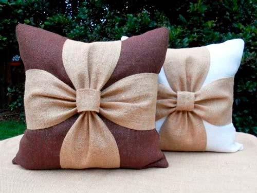 С помощью подручных материалов можно создать оригинальную и стильную подушку