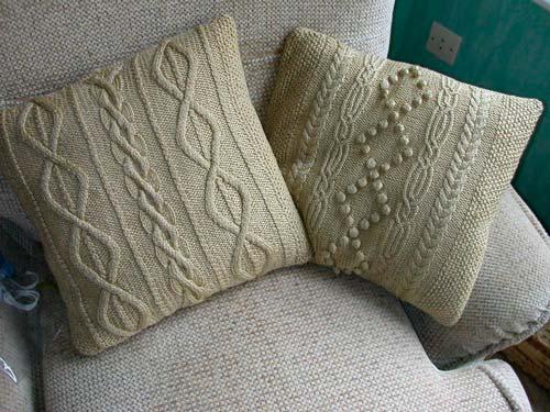 Подушки с вязаным декором добавят тепла и уюта