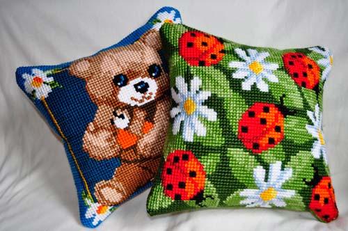 Вышивка на подушках выглядит очень интересно