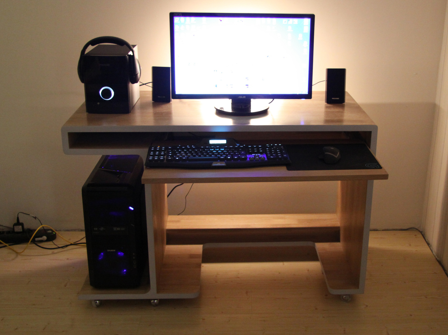 Компьютерный стол стал необходимой частью рабочего кабинета
