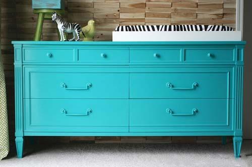 С помощью краски вы подарите старой мебели второй шанс