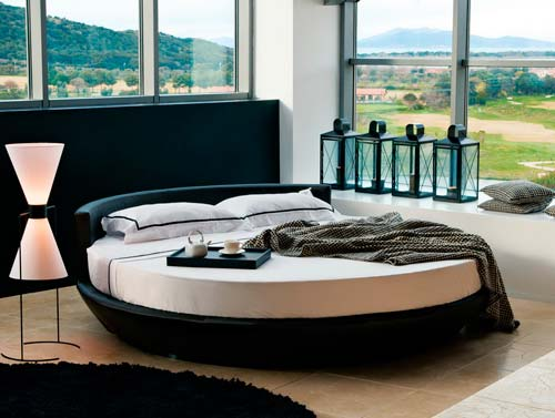 Круглая кровать будет выглядеть оригинально в любом дизайне