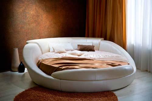 Есть варианты с кроватью из двух диванов или двух пуфиков и дивана