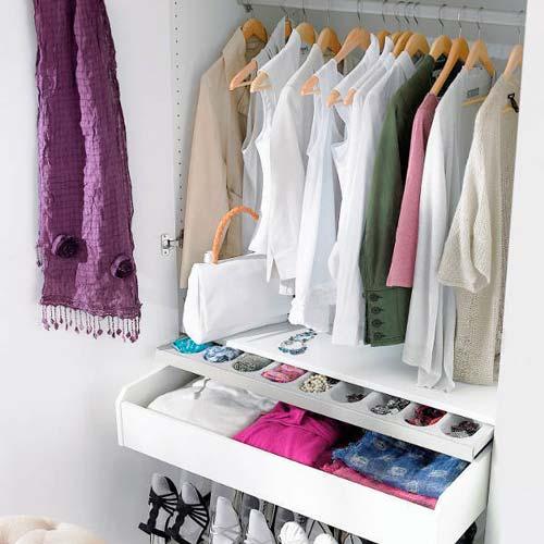 В таком шкафу одежду легко распределить по категориям