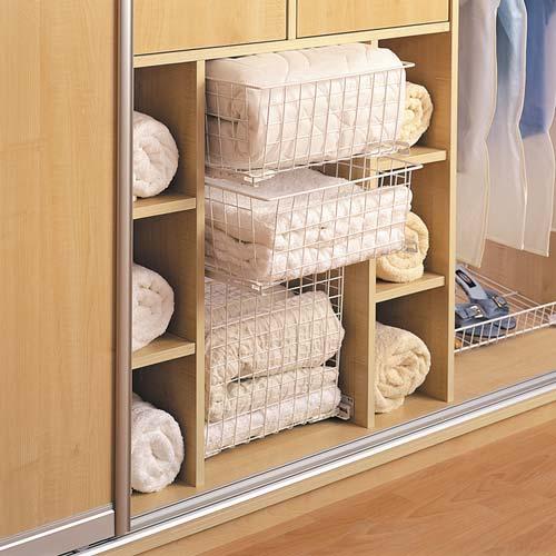 На полки трехдверного шкафа поместится даже спальное белье