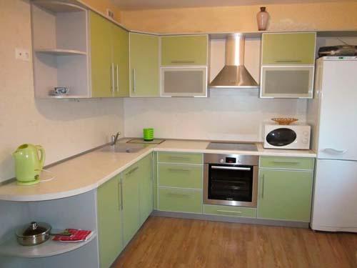 В последнее время фасады для кухни часто делают из пластика