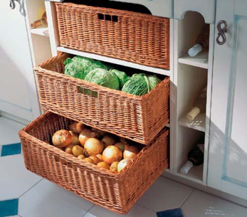 На кухне многое можно хранить в ротанговых корзинах