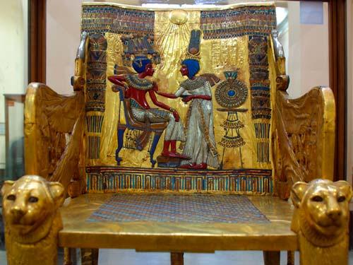 На дорогую мебель крепились накладки из золота и слоновой кости