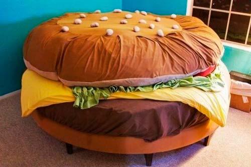 Необычный диван в форме гамбургера