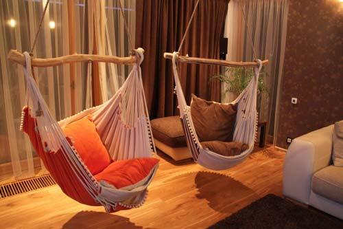 Интересное решение - кресла, прикрепленные к потолку