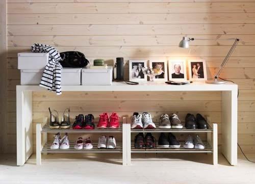 Для хранения обуви в прихожей можно приобрести отдельную полку