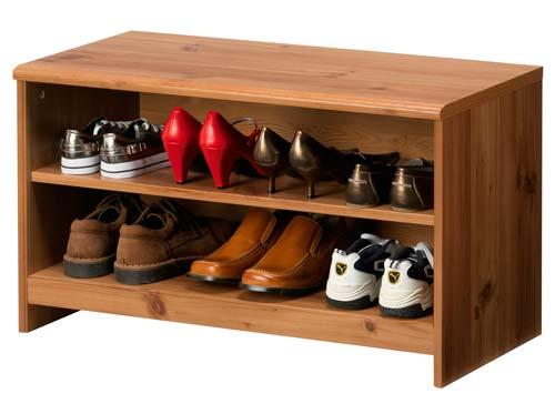 На открытой полке обувь лучше проветривается, но и чистить от пыли ее нужно чаще