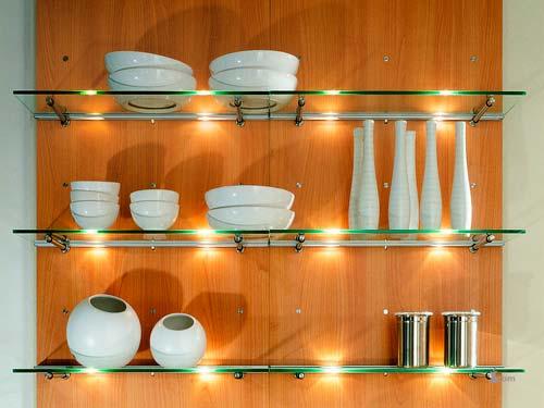 Если вы не знаете, как можно расположить красивую посуду, решением может стать использование полок