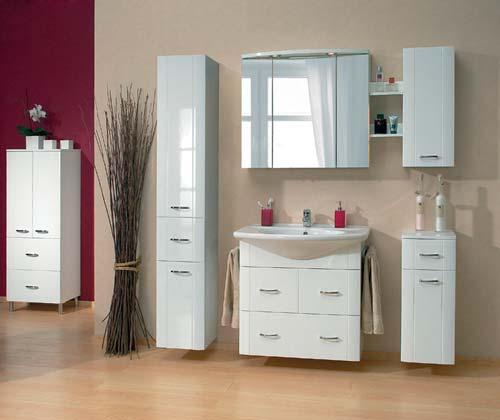 В большую ванную комнату можно разместить несколько шкафов