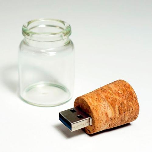 Инновационный дизайн флешки позволил спрятать в ней… послание в бутылке.