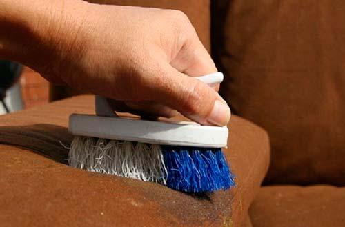 Допустимо чистить велюр мягкой щеткой или салфеткой