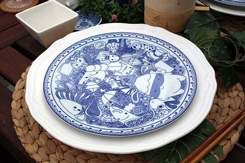 Если присмотреть к рисунку, на тарелке можно найти миниатюрных монстров