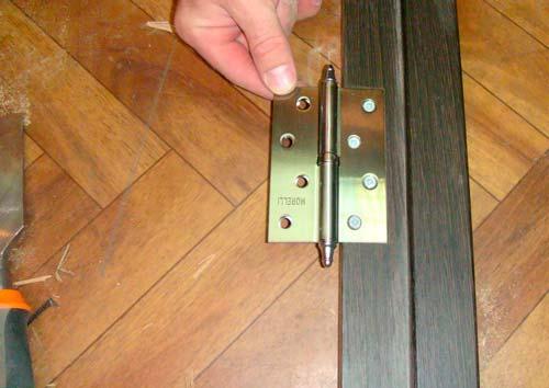 Обычно ставят 2-3 петли, чтобы зафиксировать дверь