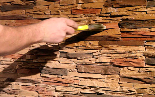 Стены из кирпича и керамики покрывают бесцветной пропиткой