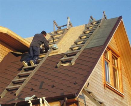 Укладка рубероида на двускатную крышу