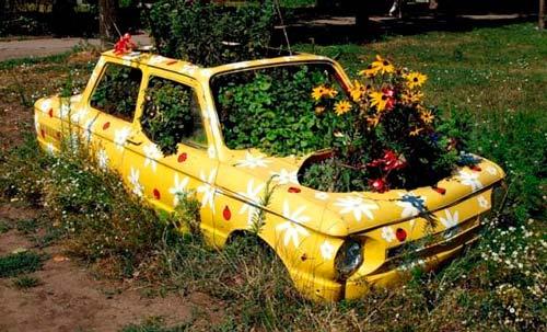 Можно заполнить землей весь автомобиль или просто установить контейнеры для цветов